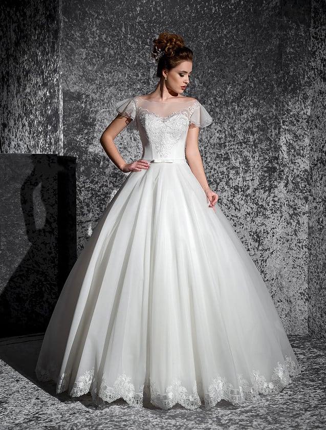 Пышное свадебное платье с вышивкой по лифу и оригинальными короткими рукавами из тонкой ткани.