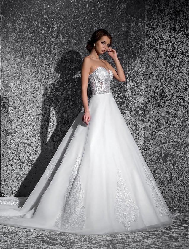 Шикарное свадебное платье с юбкой «трапеция» и притягательным полупрозрачным корсетом.