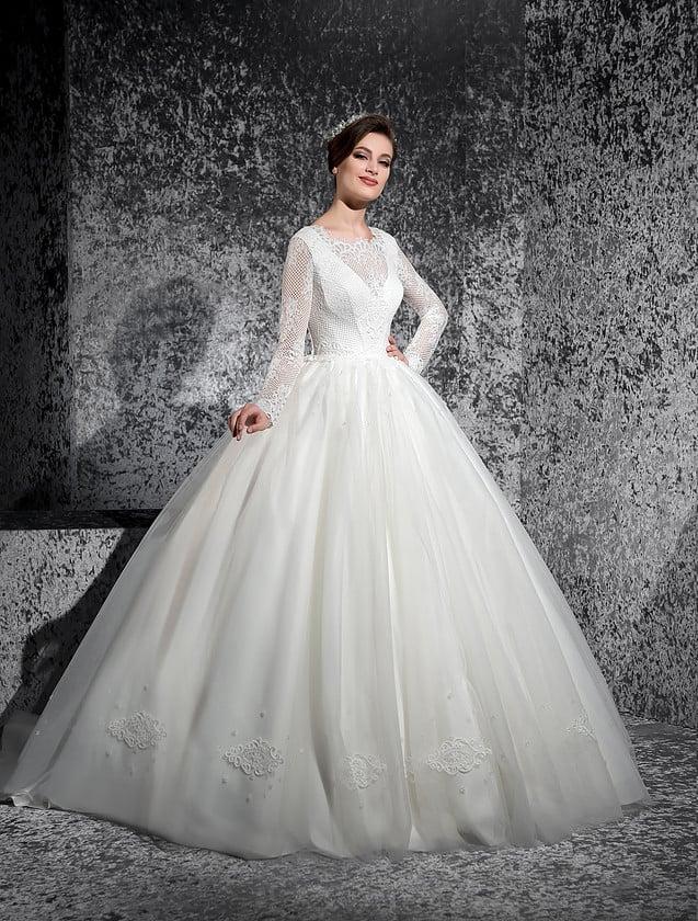 Пышное свадебное платье с атласным корсетом, открытой спинкой и рукавами из плотного кружева.