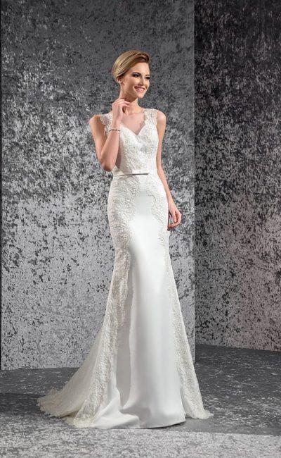 Свадебное платье «рыбка» с широкими бретелями из кружева и узким поясом с бантом на талии.