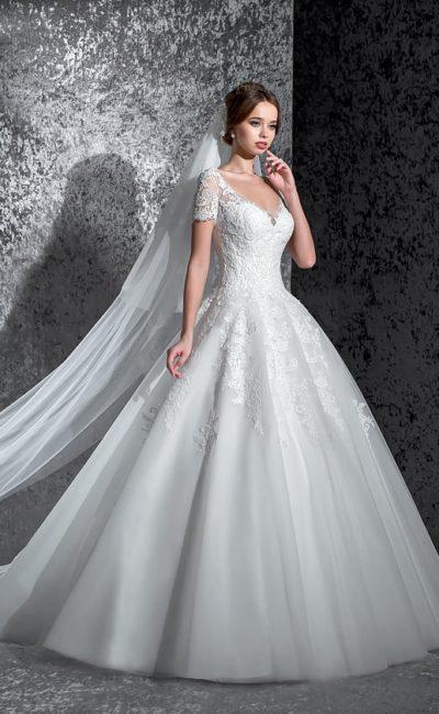 Пышное свадебное платье с женственным открытым лифом и короткими кружевными рукавами.