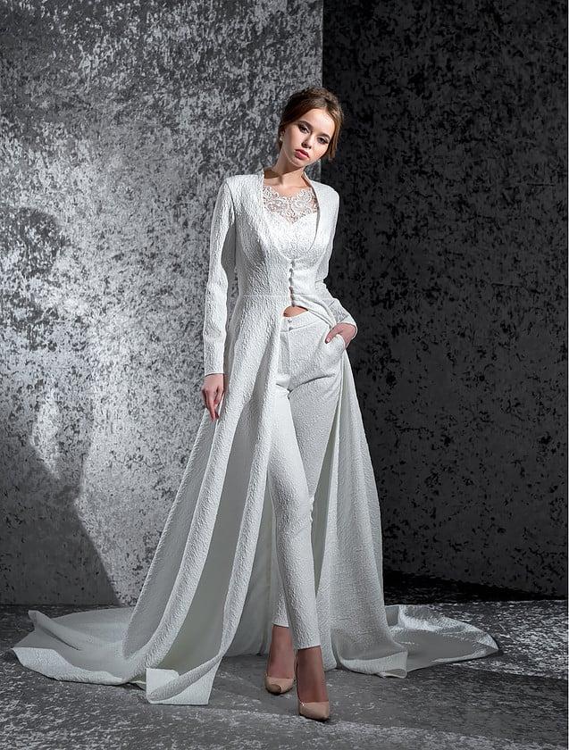 Эксцентричный свадебный костюм с фактурными брюками и кардиганом с длинным рукавом и шлейфом.