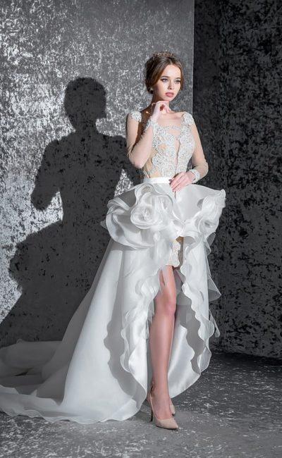 Кокетливое свадебное платье с бежевым корсетом и пышной белоснежной юбкой с оборками.