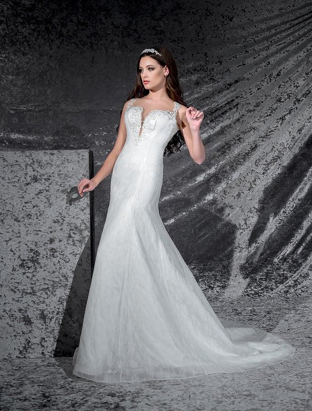 Свадебное платье «рыбка» с глубоким декольте, открытой спинкой и кружевными бретелями.