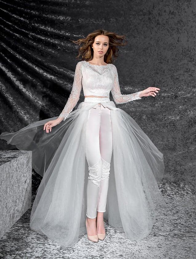 Стильное свадебное платье-трансформер с полупрозрачной юбкой и атласными брюками.
