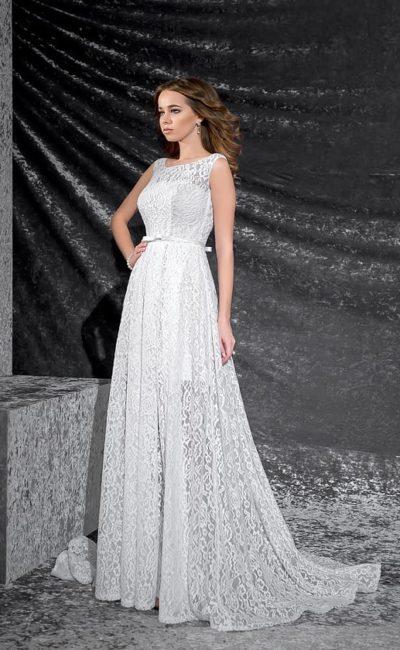 Свадебное платье с округлым вырезом, узким атласным поясом и кружевной отделкой по всей длине.