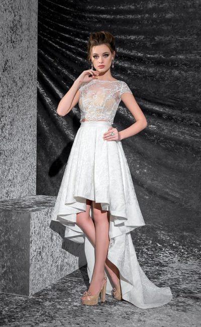 Необычное свадебное платье с укороченным спереди подолом и бежевым корсетом с кружевом.