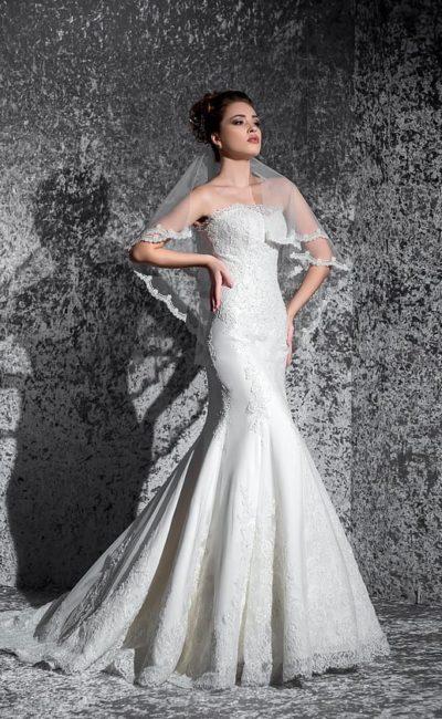 Стильное свадебное платье «рыбка» с атласной подкладкой и изящным открытым лифом.