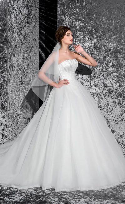Стильное свадебное платье с пышным низом со шлейфом и открытым корсетом с прямым лифом.