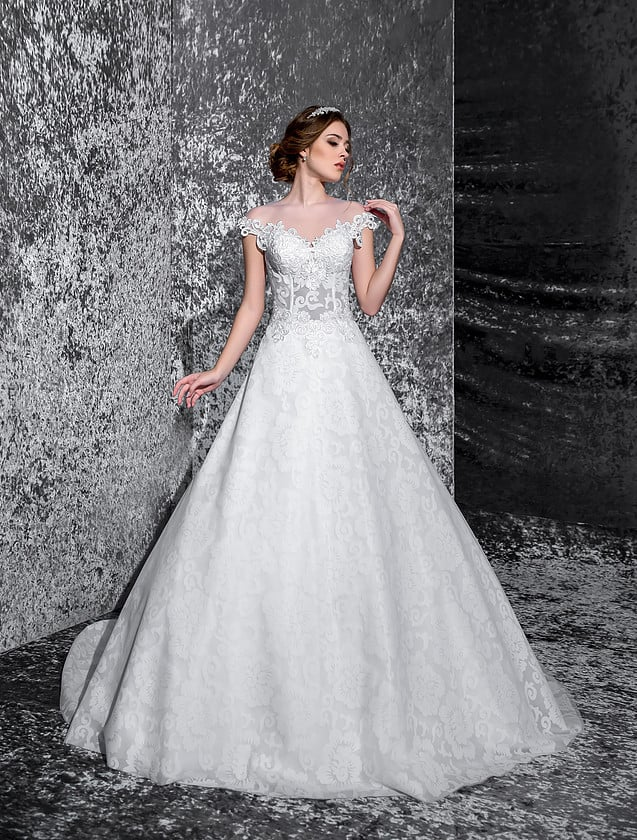 Торжественное свадебное платье с широким вырезом декольте и бретелями на предплечьях.