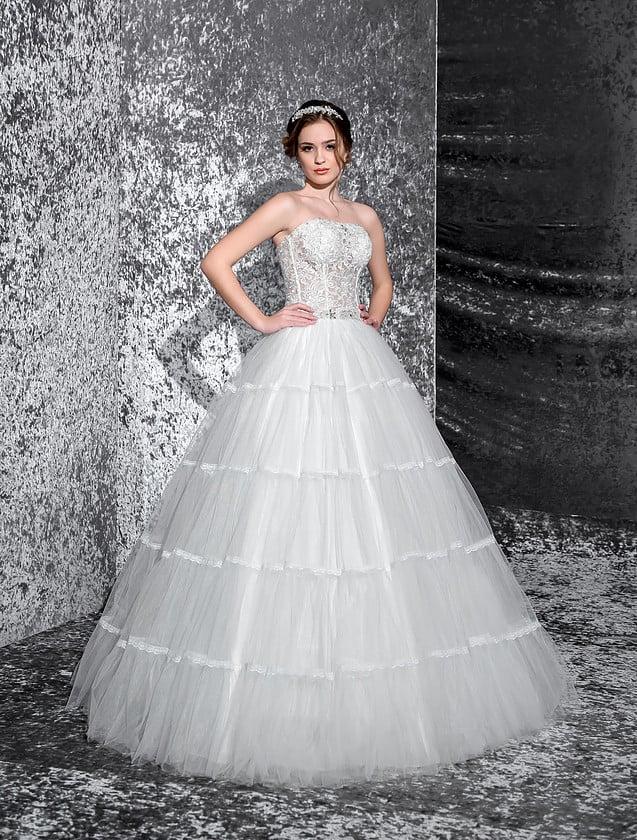 Свадебное платье с кружевным открытым корсетом и атласными полосами отделки по пышной юбке.