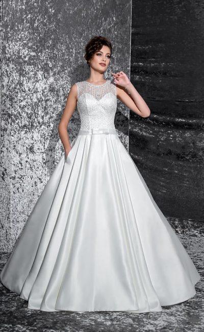 Свадебное платье «принцесса» с атласной юбкой, вырезом на спинке и полупрозрачным верхом.