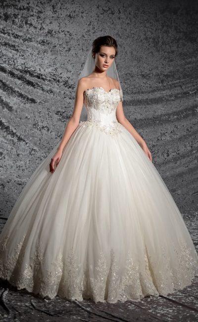 Пышное свадебное платье с кружевной отделкой низа подола и открытым лифом-сердечком.