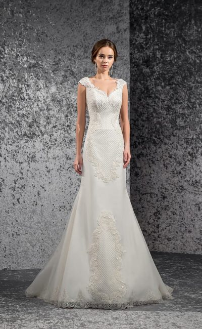 Свадебное платье «рыбка» с соблазнительным декольте и выразительным кружевным декором.