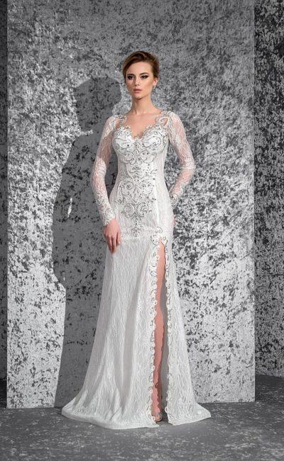 Свадебное платье с длинными рукавами, сияющей вышивкой и разрезом сбоку по подолу.