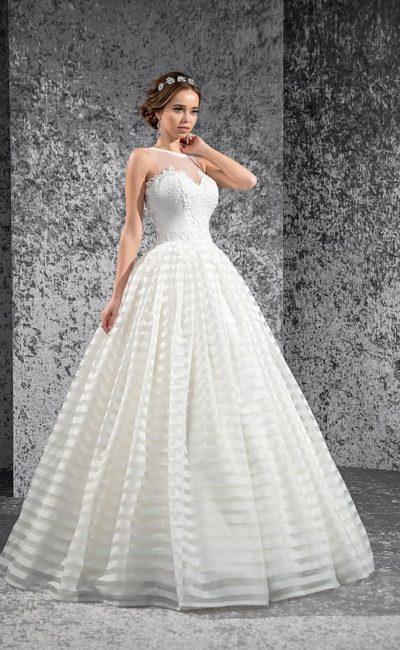 Свадебное платье с пышной юбкой с горизонтальными полосами отделки и кружевным корсетом.