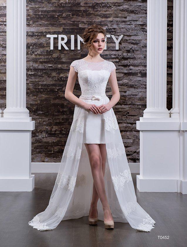 Стильное свадебное платье «футляр» с роскошной верхней юбкой и закрытым лифом.