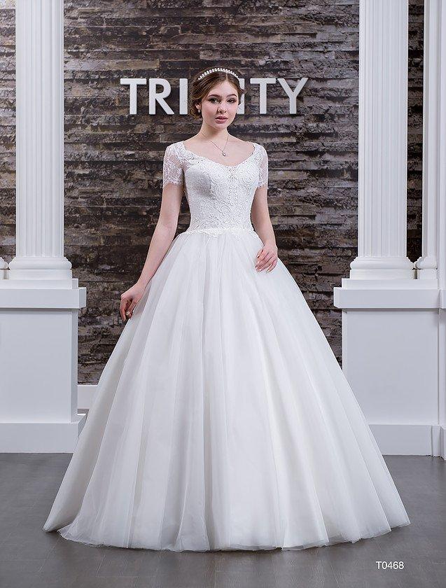Шикарное свадебное платье с короткими кружевными рукавами и многослойным подолом.