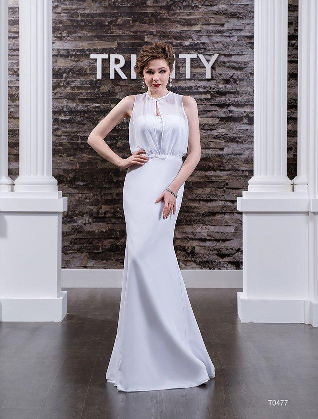 Прямое свадебное платье с полупрозрачной тканью по верху и необычным вырезом на лифе.