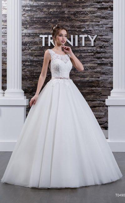 Свадебное платье с пышной юбкой, кружевным верхом и узким поясом на талии.