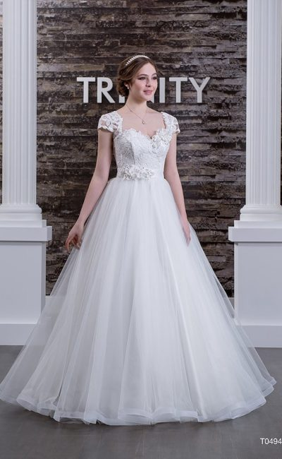 Пышное свадебное платье с атласным поясом на талии и кружевным декором лифа с рукавами.