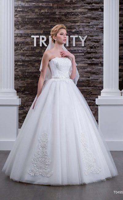Свадебное платье с открытым лифом, декорированным кружевом, и юбкой «трапеция».