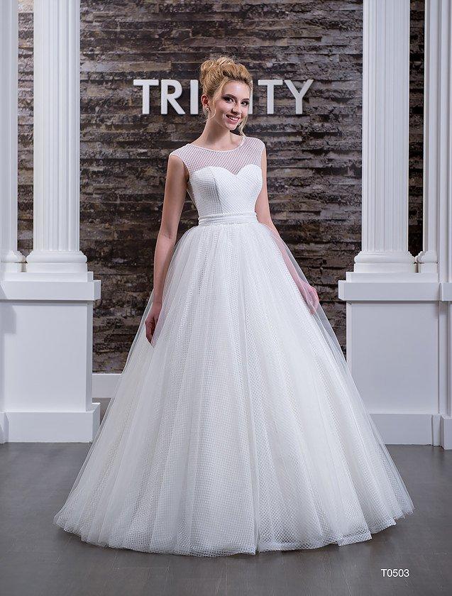 Стильное свадебное платье с фактурным верхом и широким поясом, подчеркивающим талию.