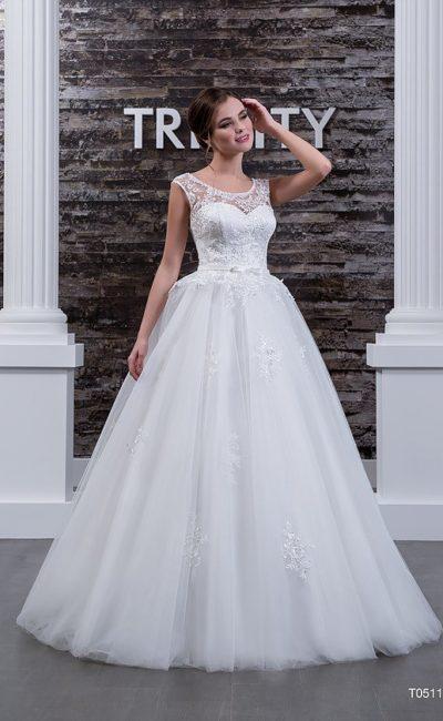 Романтичное свадебное платье пышного кроя с кружевными вставками на лифе и спинке.