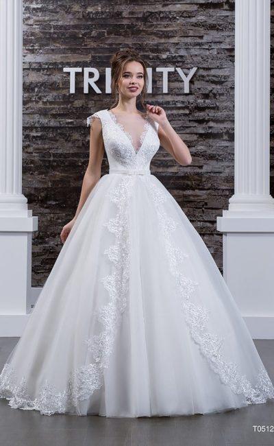 Невероятно пышное свадебное платье с кружевным декором подола и V-образным декольте.