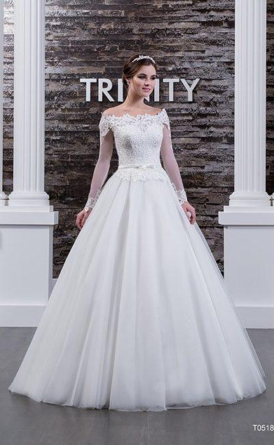 Пышное свадебное платье с фигурным портретным вырезом и длинными рукавами.