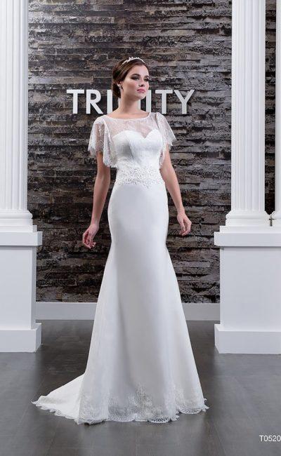 Облегающее свадебное платье с пышными кружевными рукавами и шлейфом сзади.