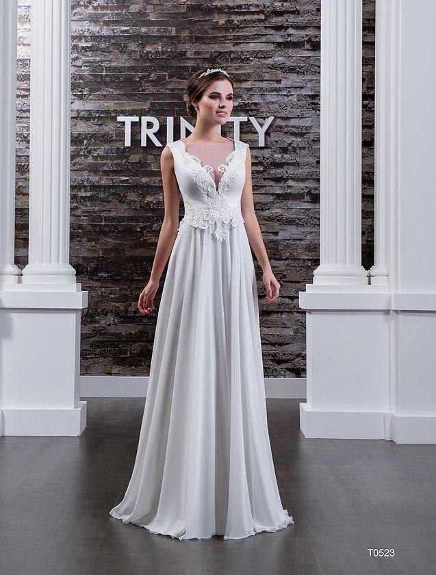 Утонченное свадебное платье прямого кроя, выполненное из глянцевой атласной ткани.