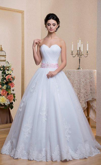 Открытое свадебное платье с кружевной отделкой многослойного подола и широким поясом.