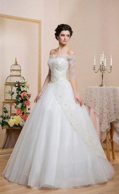 Торжественное свадебное платье с портретным декольте и оригинальным кружевным декором юбки.