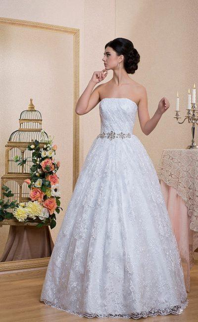 Кружевное свадебное платье с открытым лифом прямого кроя и поясом, украшенным стразами.
