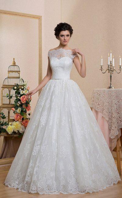 Роскошное свадебное платье пышного кроя с фигурным портретным декольте с широкими бретелями.
