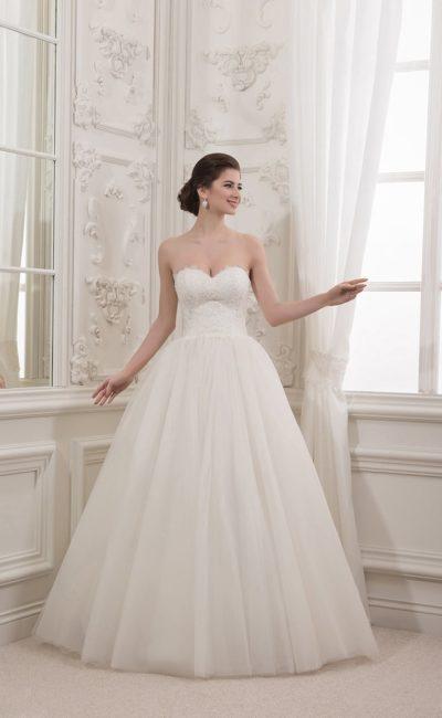 Сдержанное свадебное платье с корсетом традиционного кроя, украшенным кружевом.