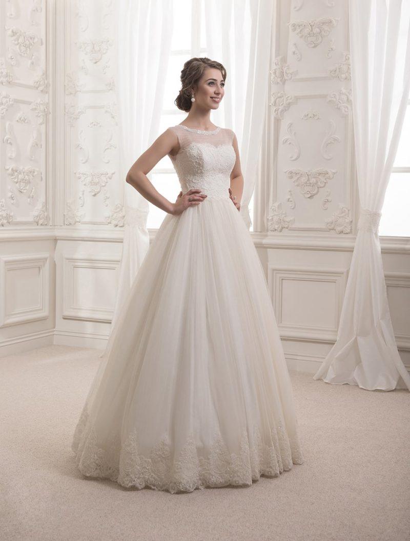 Закрытое свадебное платье в классическом стиле, оформленное кружевной тканью по корсету и юбке.