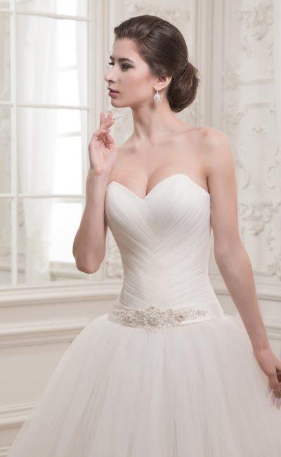 Открытое свадебное платье с романтичной юбкой и драпировками на корсете с атласным поясом.