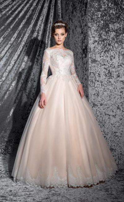 Пышное свадебное платье нежного персикового оттенка, с длинным рукавом и фигурным вырезом.