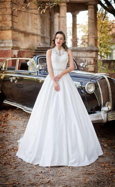 Свадебное платье с высоким кружевным воротником и элегантной фактурной юбкой со шлейфом.