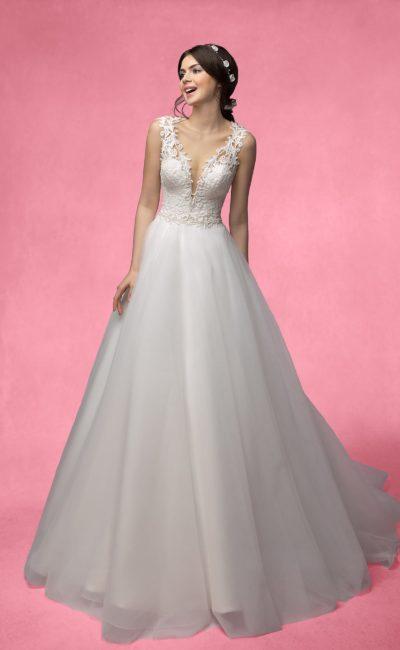 Платье с глубоким кружевным вырезом