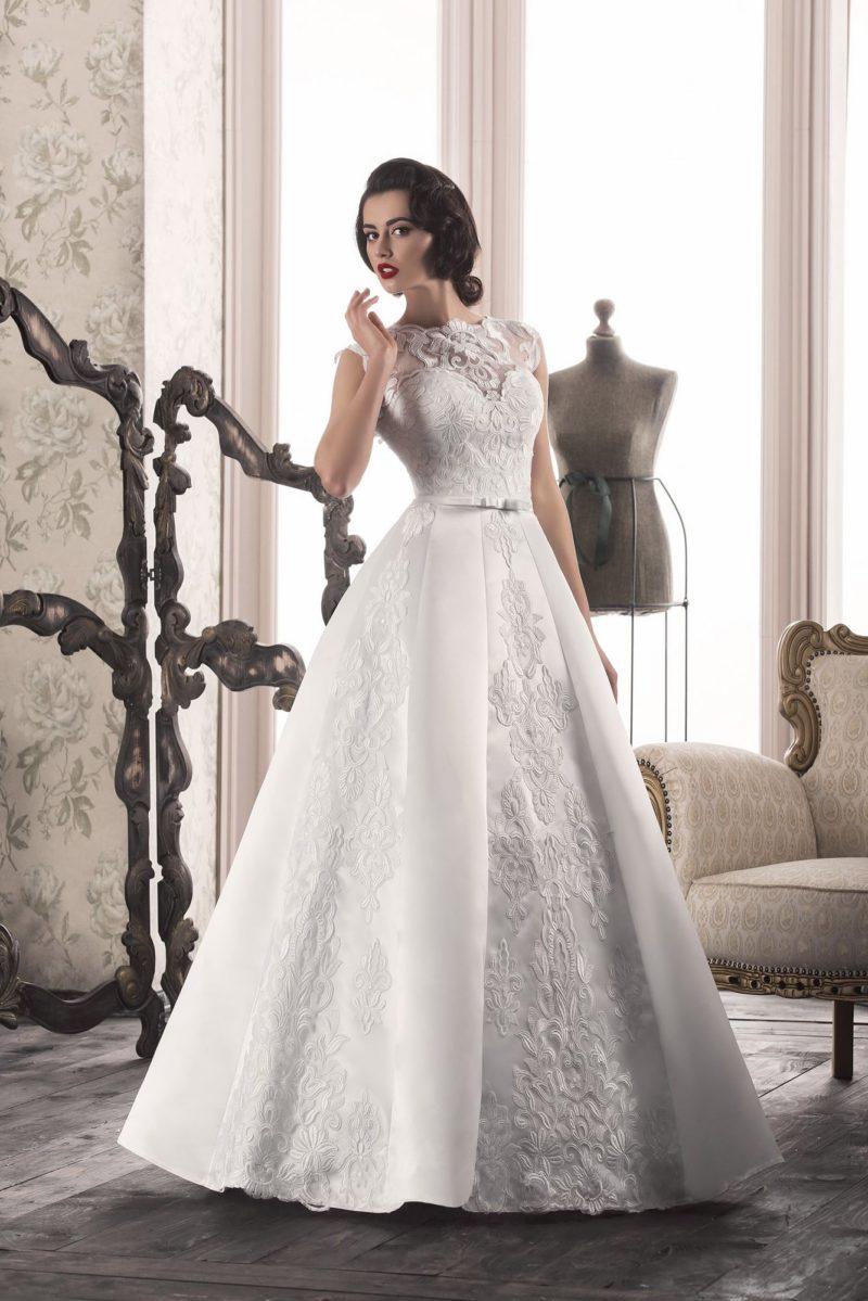 Закрытое свадебное платье «принцесса» с фактурным декором и небольшим вырезом сзади.