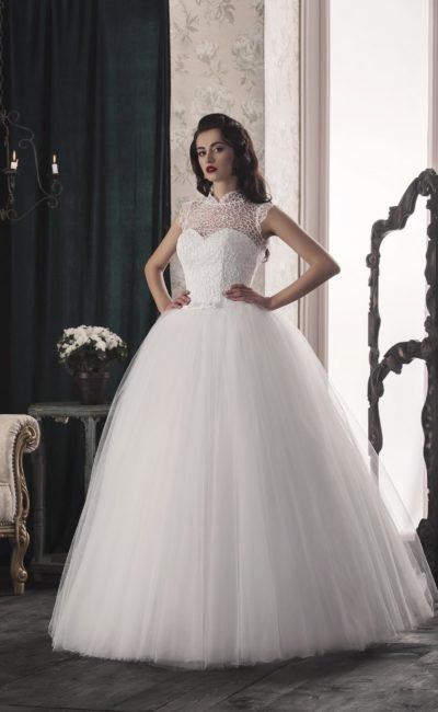 Пышное свадебное платье с нежной кружевной отделкой и небольшим вырезом на спинке.