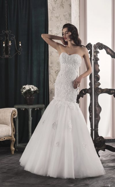 Потрясающее свадебное платье «рыбка» с открытым корсетом, плотно покрытым кружевом.