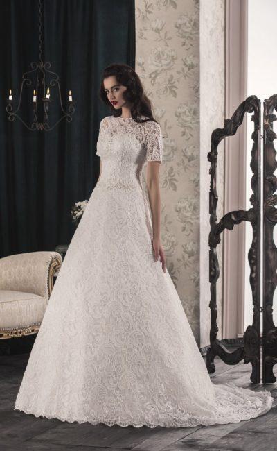 Свадебное платье «принцесса» с кружевной отделкой и короткими рукавами прямого кроя.