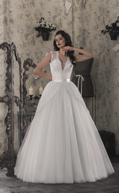 Оригинальное свадебное платье пышного кроя с лаконичным атласным поясом и изящным лифом.