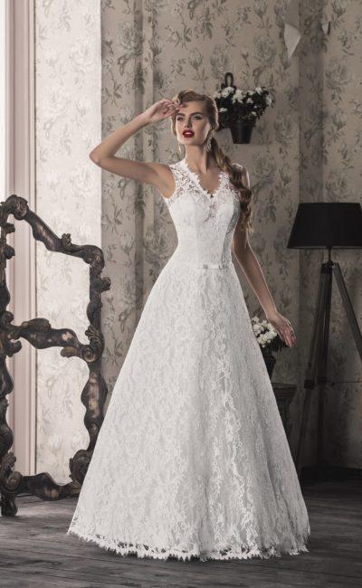 Кружевное свадебное платье с фигурными бретелями и V-образным вырезом декольте.