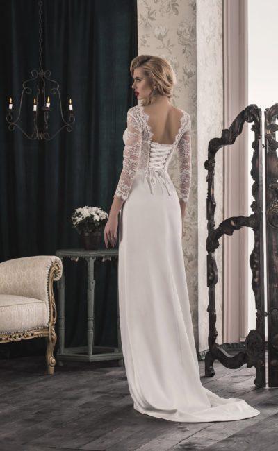 Прямое свадебное платье с вырезом на спинке и нежной кружевной отделкой верха.
