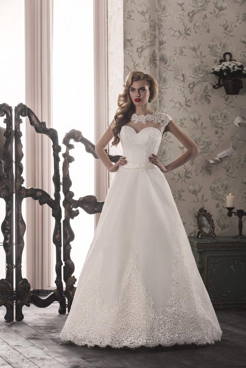 Свадебное платье «принцесса» с прозрачной вставкой над лифом, украшенной кружевом.
